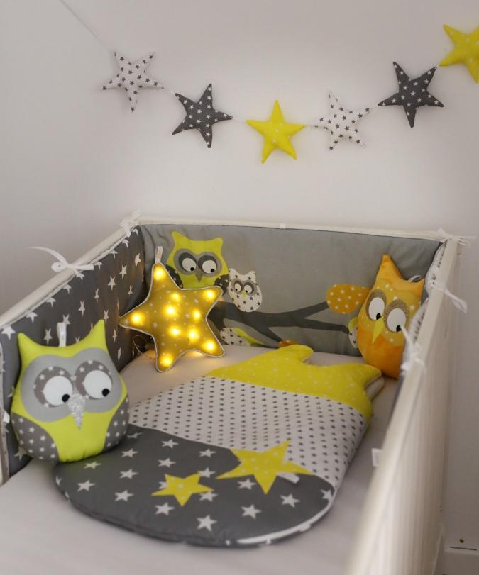 tour de lit jaune et gris